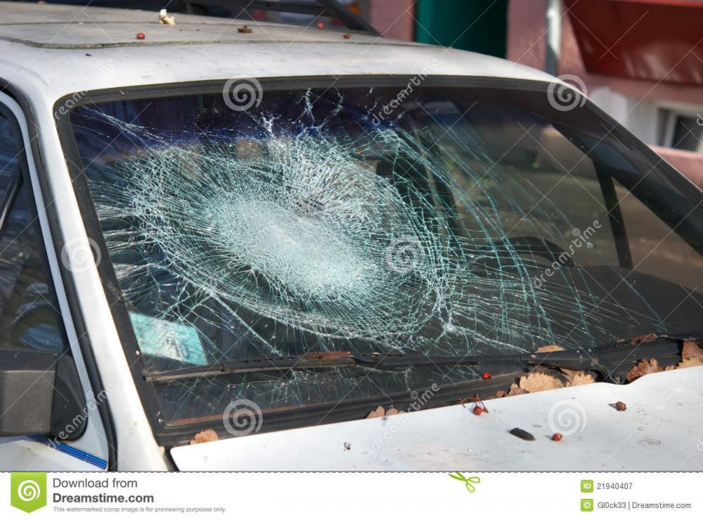 broken-windshield-21940407.jpg